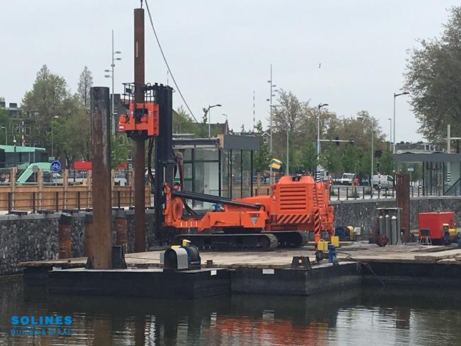 Funderingsbuizen Solines worden geplaatst voor de Gevlebrug in Amsterdam