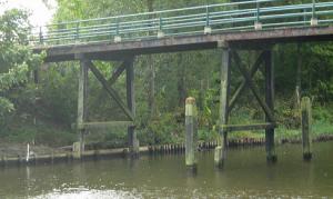 Fietsbrug over Den Oevertse vaart op de stalen buizen